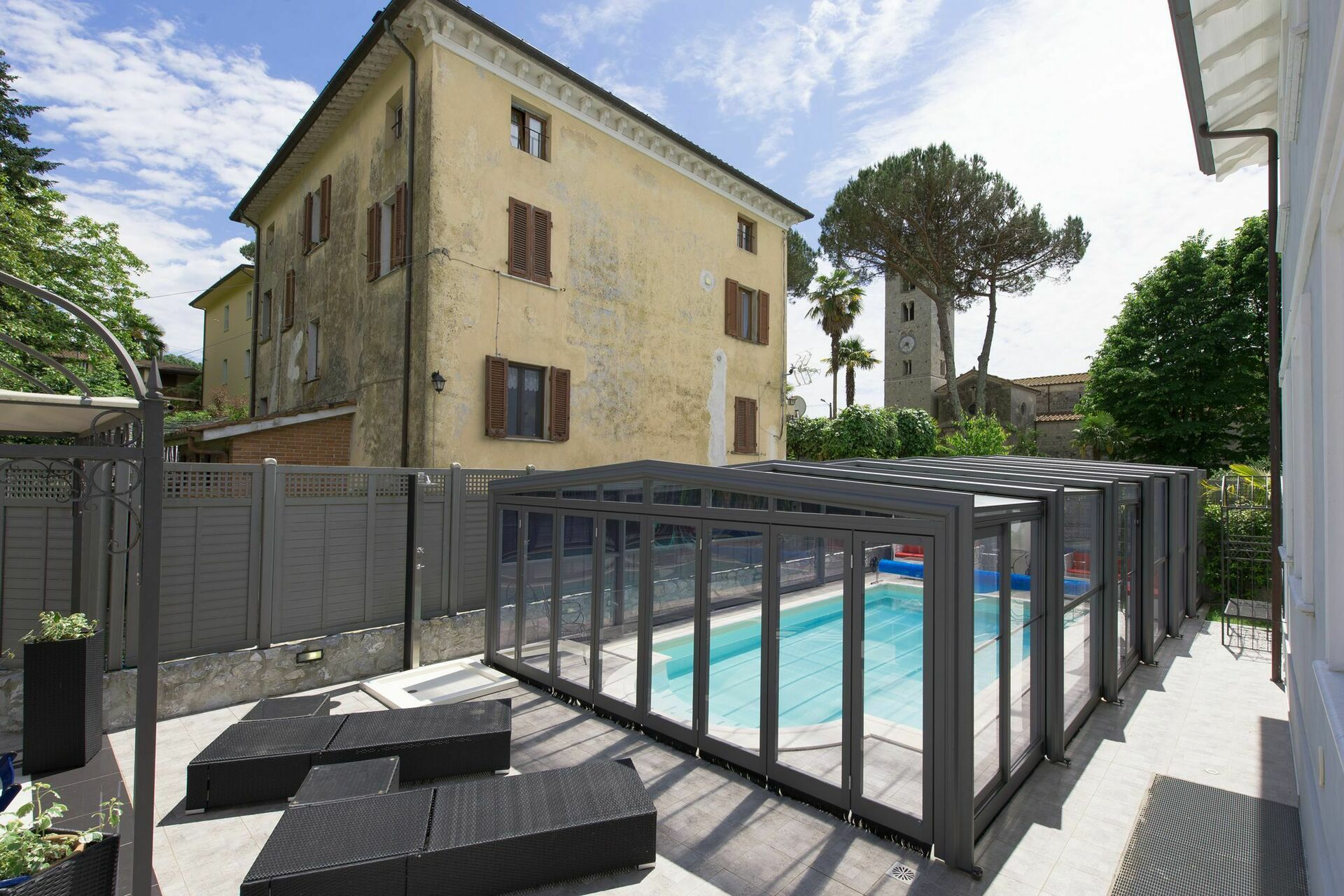 villa raffaela luxus ferienhaus in camaiore toskana 8 schlafpl tze und 4 schlafzimmer luxus. Black Bedroom Furniture Sets. Home Design Ideas
