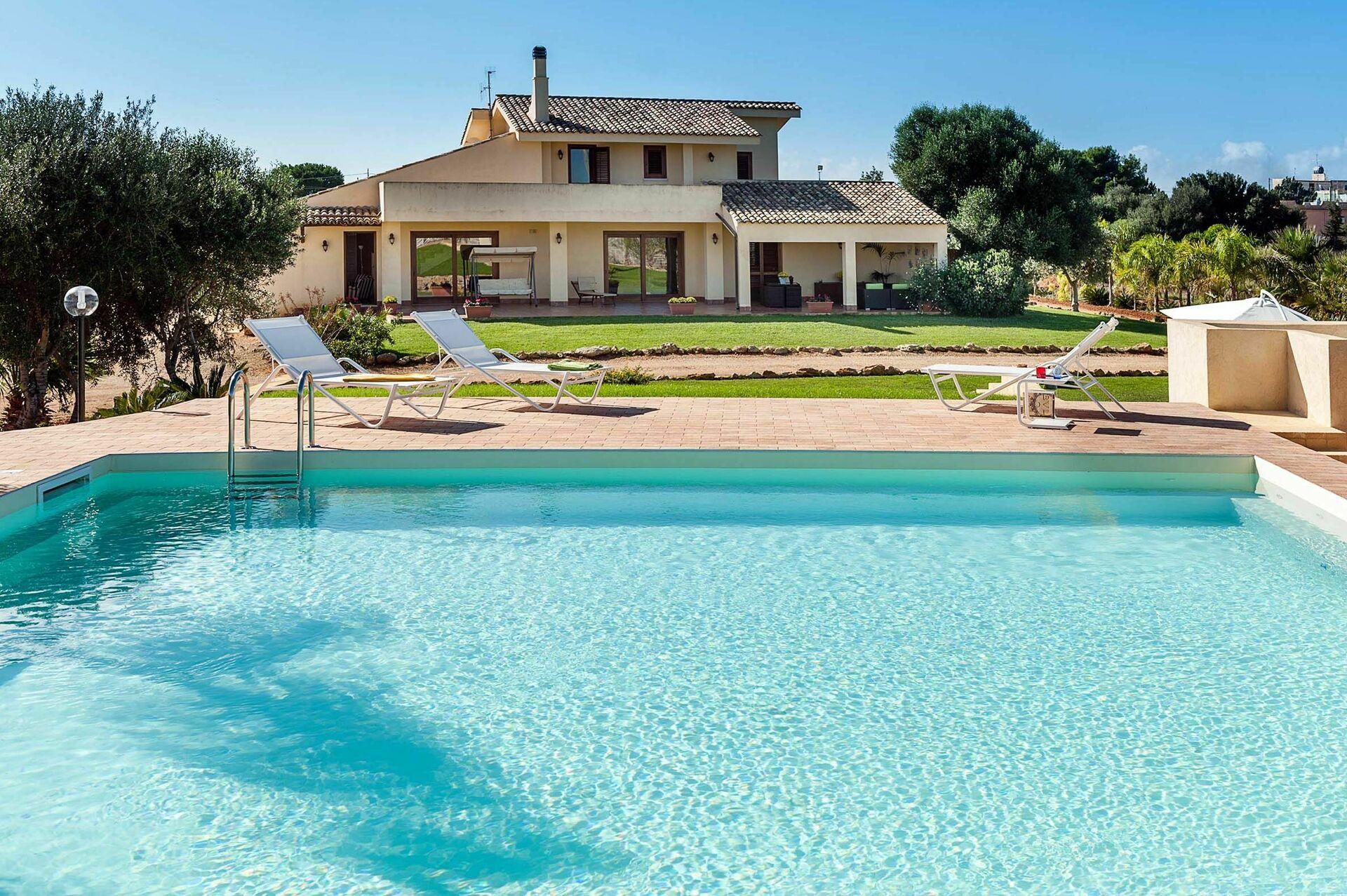 Villa laura villa vacation rental in marsala sicily 8 sleeps in 4 bedrooms villa in marsala - Affitto villa piscina interna ...